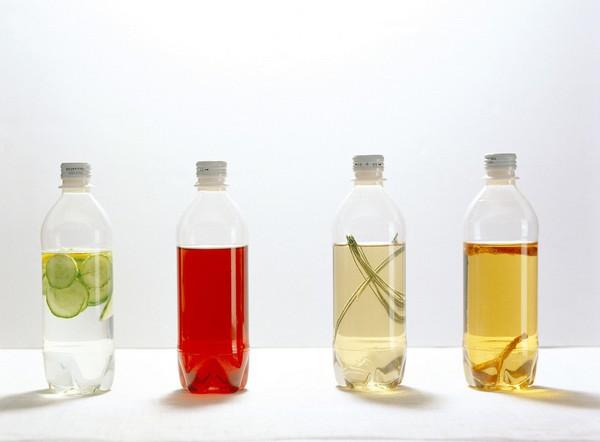 在生活中,除了可乐瓶,还有许多塑料瓶当做生活垃圾被丢掉的,比如大罐的酸奶瓶、用完的沐浴液洗发水瓶、纯净水瓶、油瓶等等,在你毫不犹豫地将他们丢掉的时候,请先坐下来看看小编要介绍的这些将塑料瓶变废为宝的方法吧。  塑料瓶变废为宝手工制作 图中是一个利用橙汁空塑料瓶改造的小风车,也可以当做风向仪使用。只要将瓶身剪开,再剪成如图所示的均匀风车叶,每当清风徐来,你的塑料瓶风车就吱扭扭的转动起来了,很美是吗?  塑料瓶变废为宝手工制作 办公室一族们,是否觉得买盆花搬到办公室很麻烦,一路上又是挤公交,又是赶地铁,匆匆而