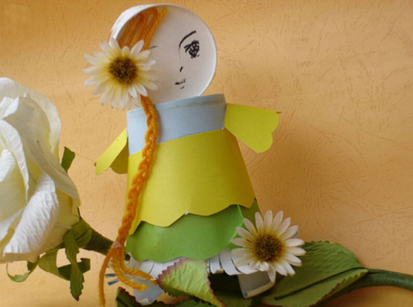 一次性杯子除了喝水还能干吗?今天小编教大家用一次性纸杯可以制作漂亮的折纸娃娃,先看几个小朋友们的纸杯娃娃作品,一起来饱饱眼福吧。后面有纸杯娃娃手工制作图解教程哦~一起学习纸杯娃娃的做法吧!  用纸杯可以制作一款漂亮的折纸娃娃,先看几个小朋友们的作品,后面有图解教程哦~    材料:纸杯,吸管,胶水,透明胶纸,剪刀,水彩笔和图画纸。 纸杯制作娃娃方法 1.在图画纸上画出各种表情的娃娃脸谱,或者让孩子画出一组自己各种表情的脸谱。 2.把脸谱剪下,用透明胶纸粘在吸管的一端。 3.在纸杯的杯底用剪刀挖一个小洞,把