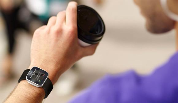 轻触于指尖的索尼智能手表smartwatch 高清图片